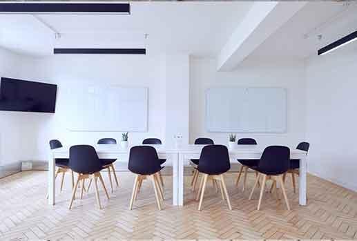 Intérieur de salle de réunion propre et agréable par le feng shui