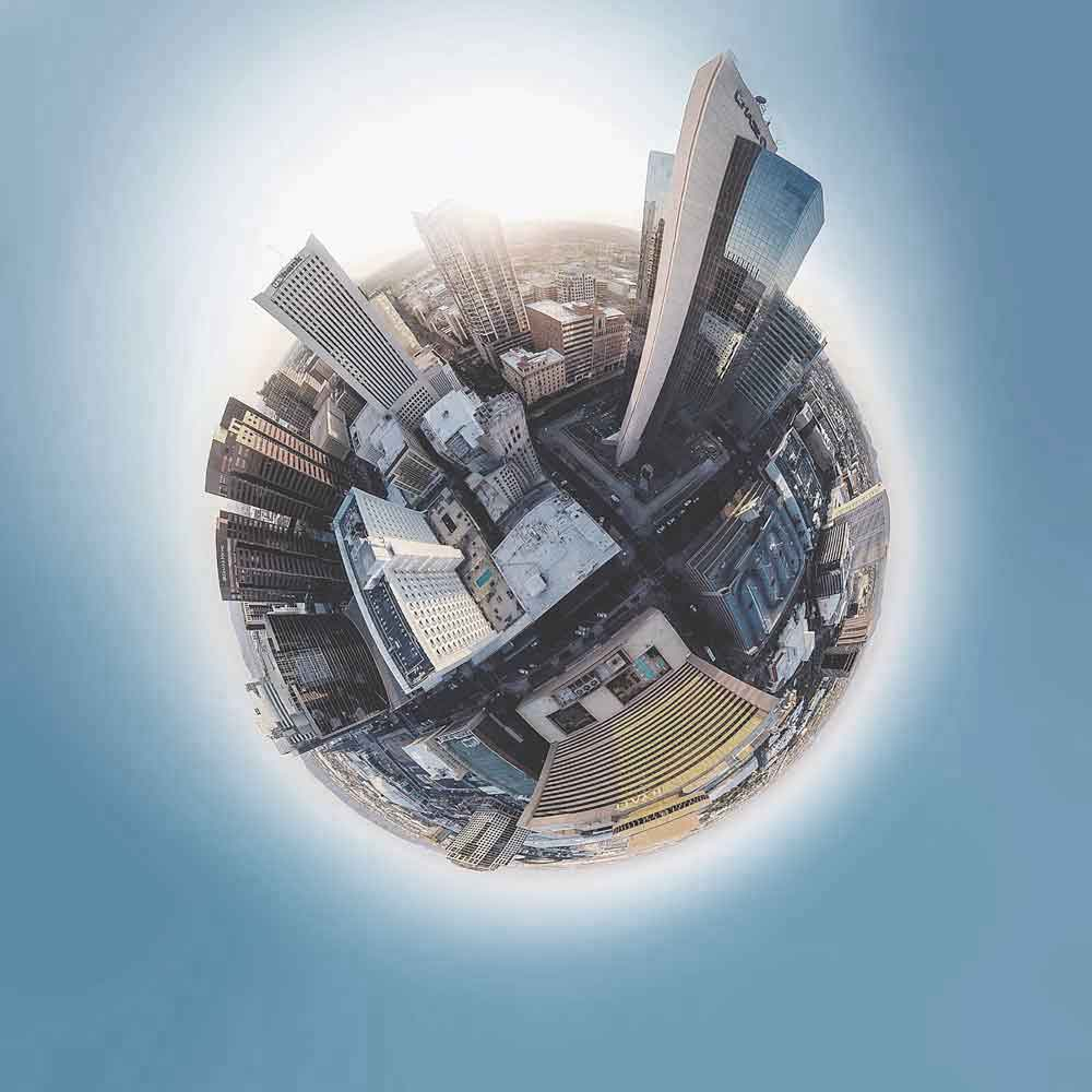 Globe avec immeubles sur fond ciel